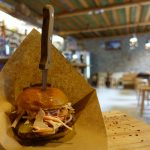 """【エストニア・タリン/ 女一人旅】ナイフがぐさりでお馴染みのハンバーガーショップ""""Dereku Burger""""(2018年2月)"""